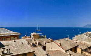 VC53 - CAMOGLI - 152mq - € 620.000 - Nel centro del paese proponiamo prestigioso appartamento di mq. 152 posto al secondo piano di un signorile palazzo d'epoca composto da ampio ingresso, soggiorno, salotto, quattro camere da letto, cucina abitabile, bagno, due poggioli e solaio di mq. 19 situato al piano sottotetto.
